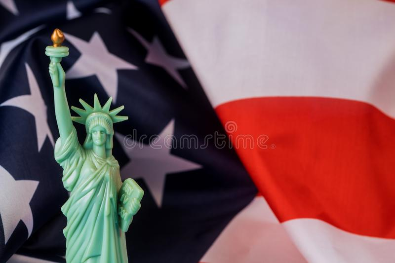 Американский флаг и статуя свободы на День независимости стоковые фото