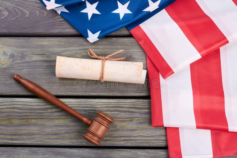 Американский флаг, конституция и деревянный молоток стоковое изображение rf