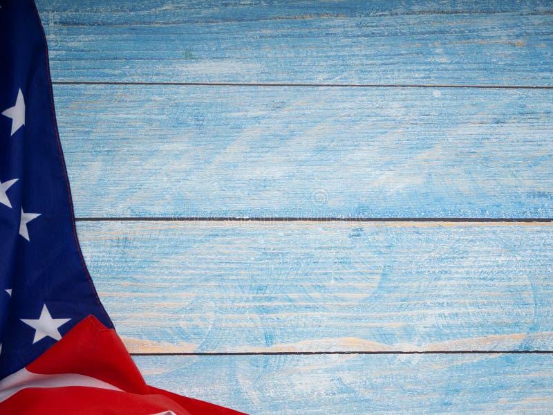 Американский флаг на голубое деревянном стоковая фотография