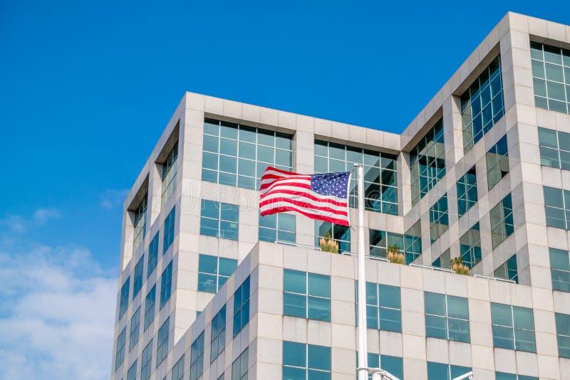 Американский флаг на здании школы университета Брайна здравоохранений, Провиденса, Род-Айленда, 29-ое июля 2017 стоковые изображения