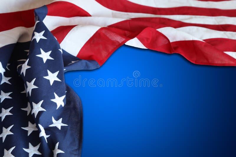 Американский флаг на сини стоковые изображения rf