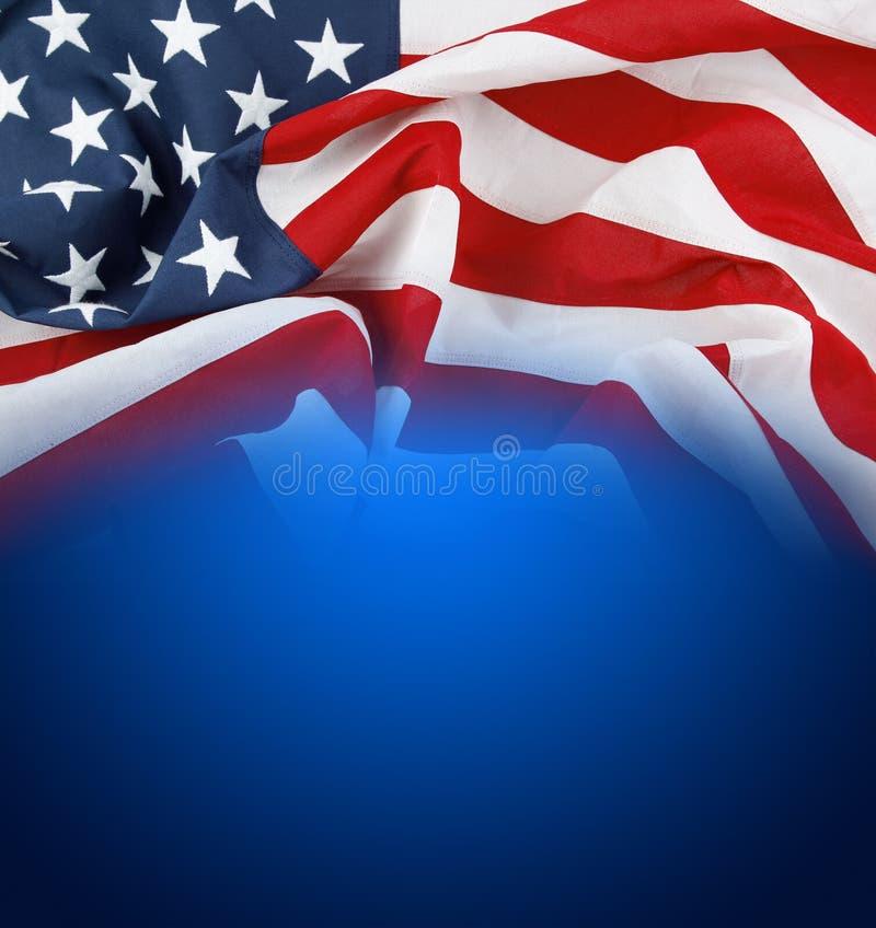Американский флаг на сини стоковое изображение