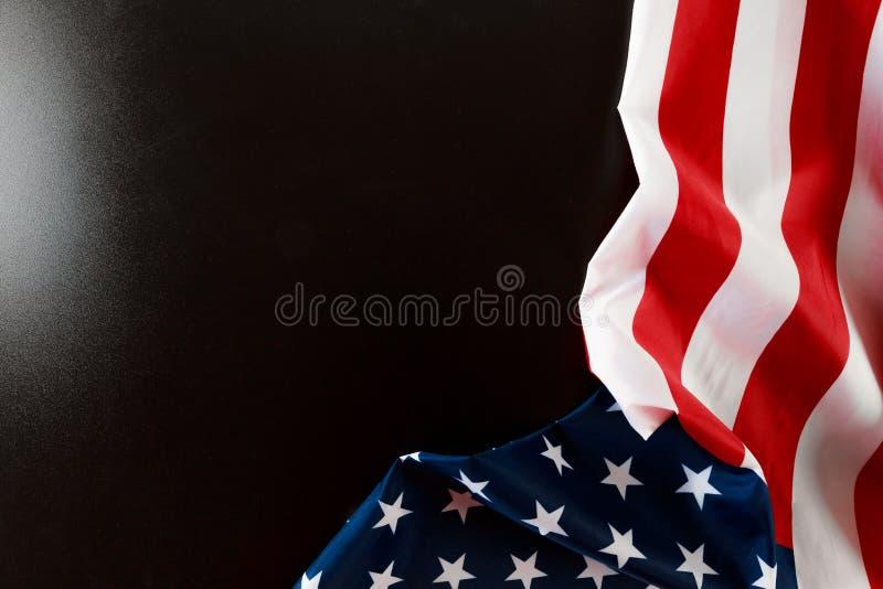 Американский флаг на черном взгляде сверху предпосылки стоковая фотография