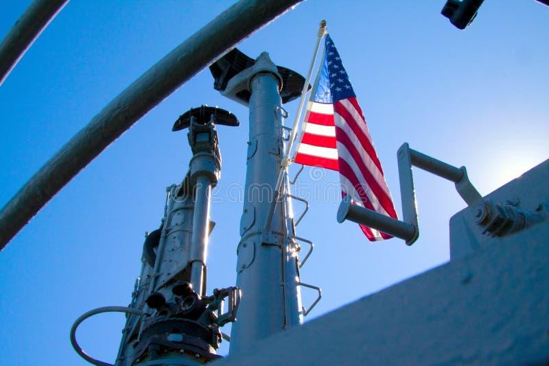 Американский флаг развевая от подводной лодки USS Pampanito стоковые изображения rf