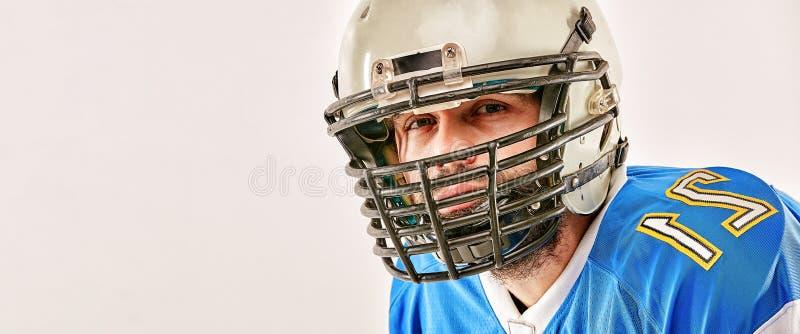 Американский футболист представляя на белой предпосылке стоковая фотография rf