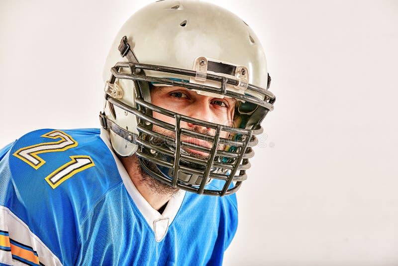 Американский футболист представляя на белой предпосылке стоковое изображение