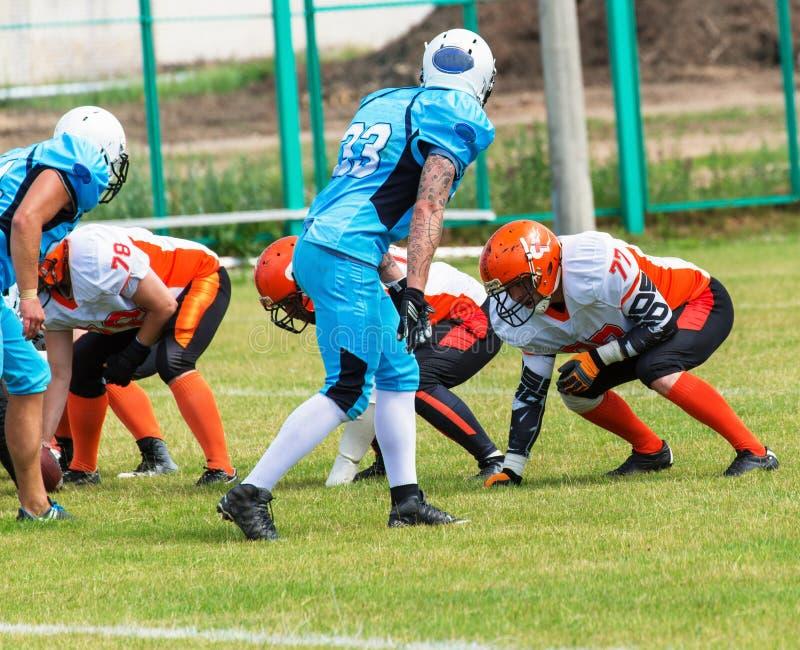 Американский футбольный матч футболисты играя шарик стоковое фото rf