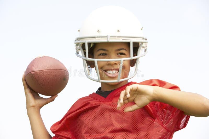 американский футбол мальчика играя детенышей стоковое фото