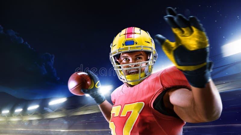 Американский футбол Американский футболист в профессиональной Спорт-арене стоковые изображения