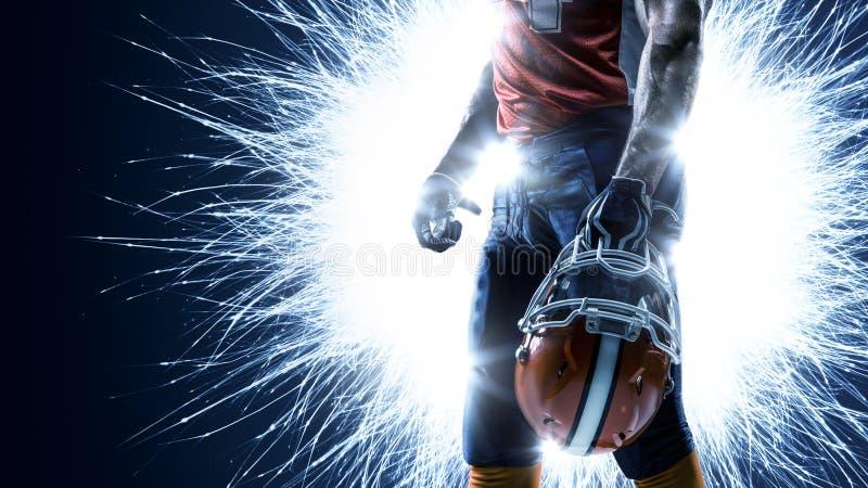 Американский футболист в действии на черноте стоковые фото