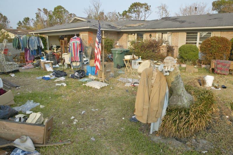 Американский флаг и твердые частицы перед домом тяжело ударили ураганом Иваном в Pensacola Флориде стоковые фото