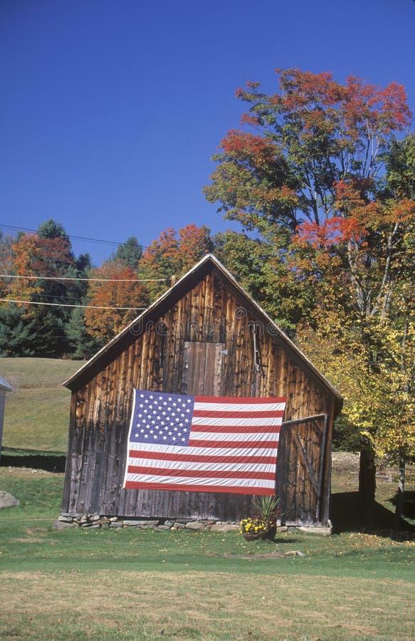 Американский флаг повешенный на старом амбаре, Вермонте стоковое фото rf