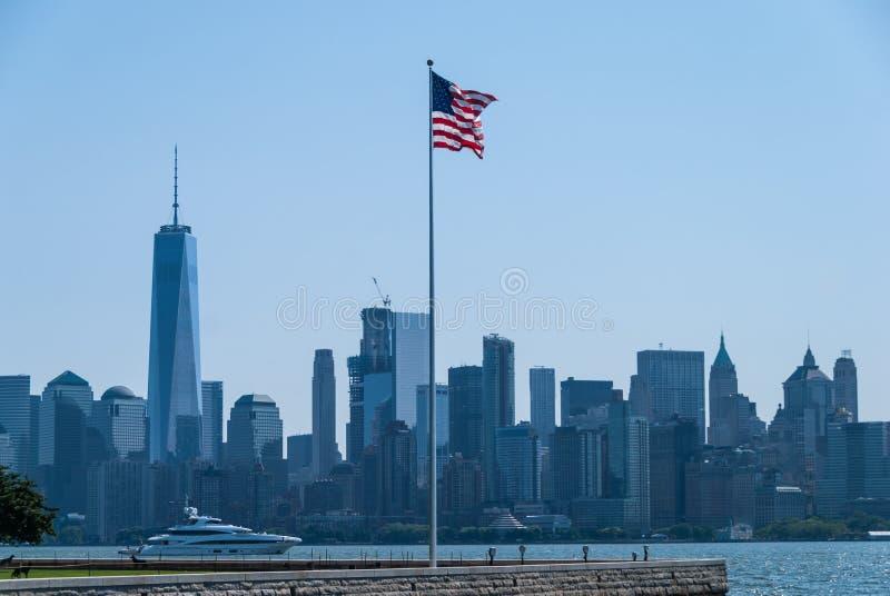 Американский флаг с Манхаттаном позади стоковое изображение rf