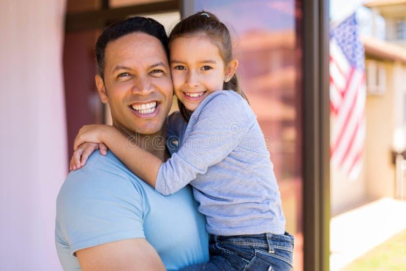 Американский человек держа дочь стоковые фотографии rf