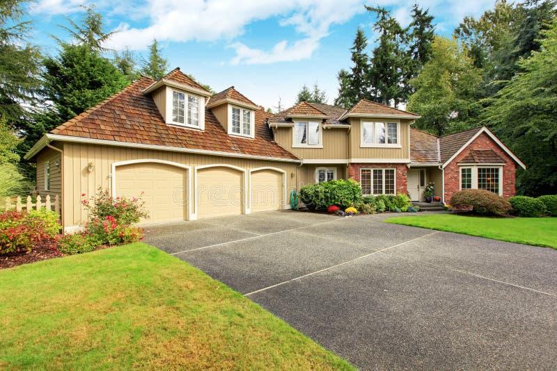 американское имущество реальное Роскошный экстерьер дома с отделкой кирпича стоковое изображение rf