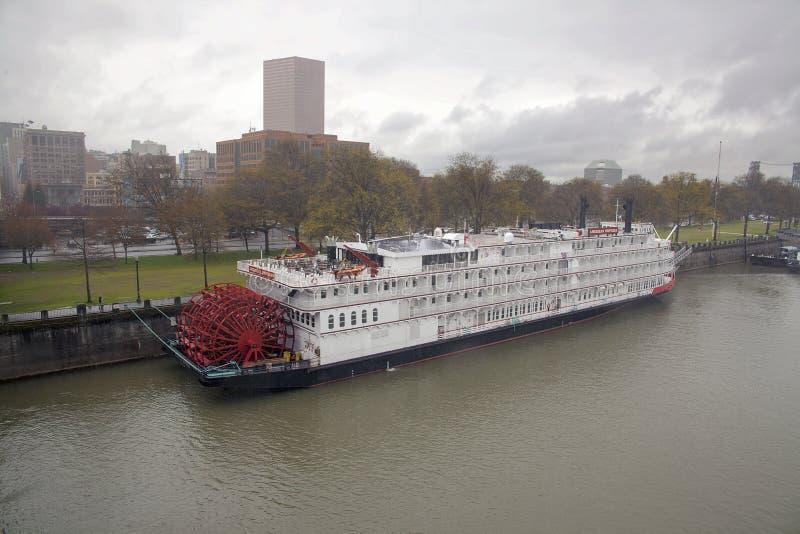 Американское речное судно императрицы с горизонтом Портленда стоковая фотография