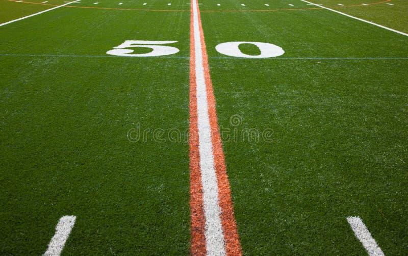 Американское футбольное поле - линия разметки поля 50 стоковые фото