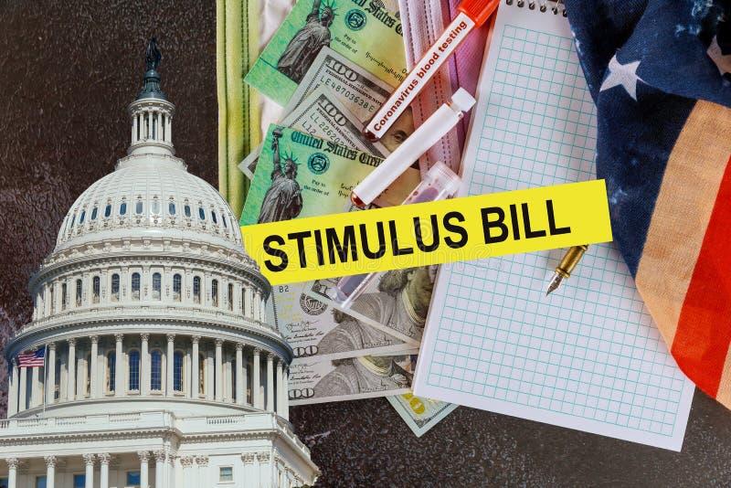 Американцы получают стимул к срочным платежам, чеку на 100 долларовых банкнот стоковое фото