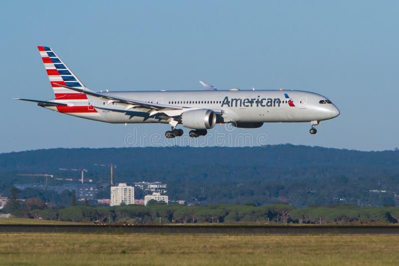Америкэн эрлайнз Боинг 787 Dreamliner в полете стоковые фотографии rf