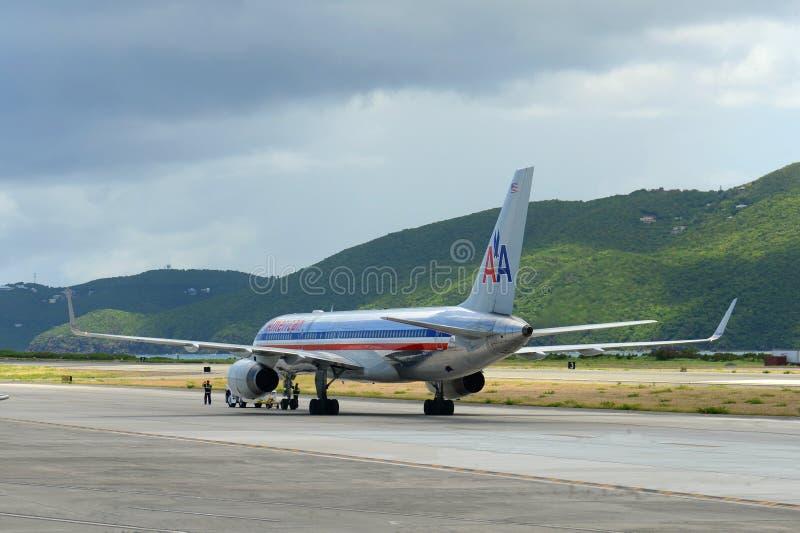 Америкэн эрлайнз Боинг 757 на авиапорте США Виргинских островов стоковая фотография rf
