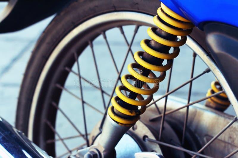 Амортизаторы удара желтых мотоциклов на парке стоковое изображение