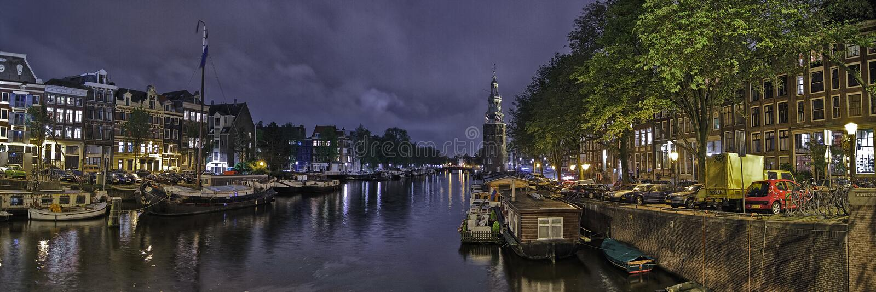 Амстердам на ноче на водяном канале стоковое фото rf