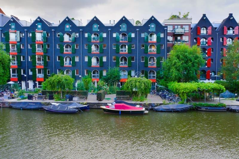 08-07-2019 Амстердам нидерландская съемка подлинных зданий Амстердама рядом с каналом стоковое фото rf