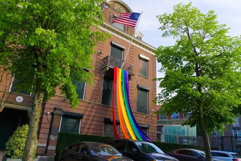 27-07-2019 Амстердам нидерландские посольство гей-парада 2019 американское вися вне флаг гордости стоковое фото