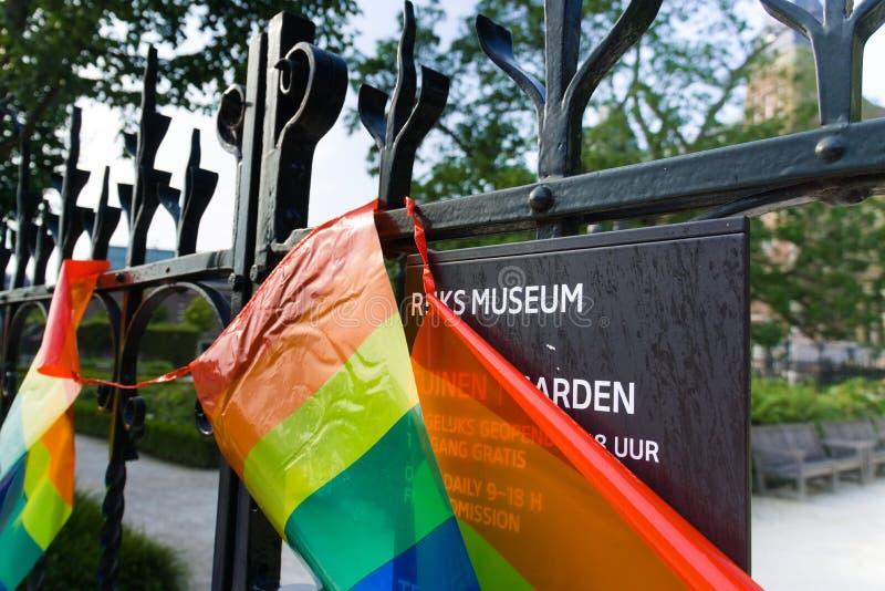 27-07-2019 Амстердам нидерландское rijksmuseum 2019 гей-парада покрытое с флагом гордости стоковое фото