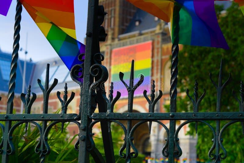 27-07-2019 Амстердам нидерландское rijksmuseum 2019 гей-парада покрытое с флагом гордости стоковые изображения
