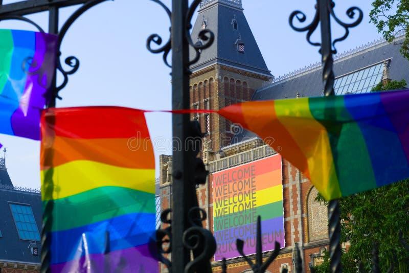 27-07-2019 Амстердам нидерландское rijksmuseum 2019 гей-парада покрытое с флагом гордости стоковое фото rf