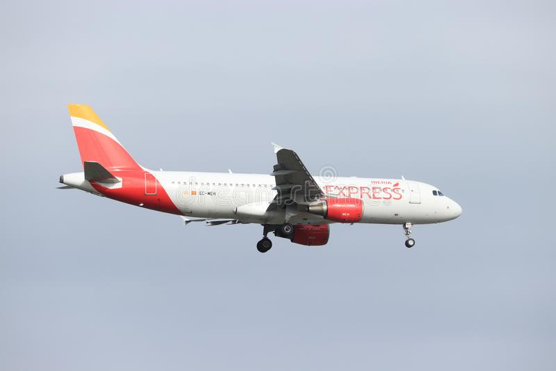 Амстердам, Нидерланд - 30-ое мая 2019: Аэробус A320-200 EC-MEH Iberia срочный стоковое фото