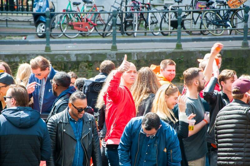 АМСТЕРДАМ 27-ОЕ АПРЕЛЯ: Гребля Дня короля через каналы 27-ого апреля 2015 в Амстердаме, Нидерландах стоковые изображения rf