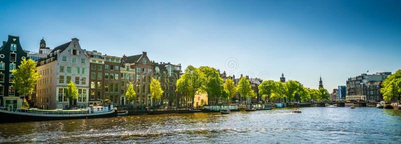 Амстердам, 7-ое мая 2018 - взгляд на реке Amstel заполнил с sma стоковая фотография rf