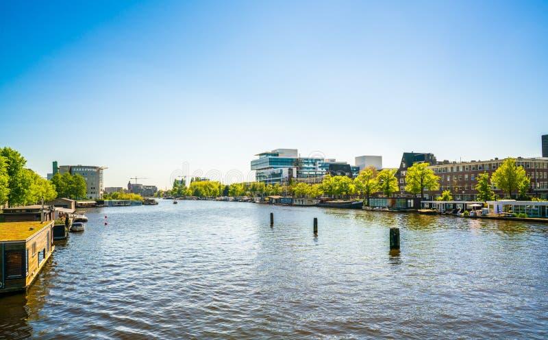 Амстердам, 7-ое мая 2018 - взгляд от моста Berlage на rive стоковые изображения rf