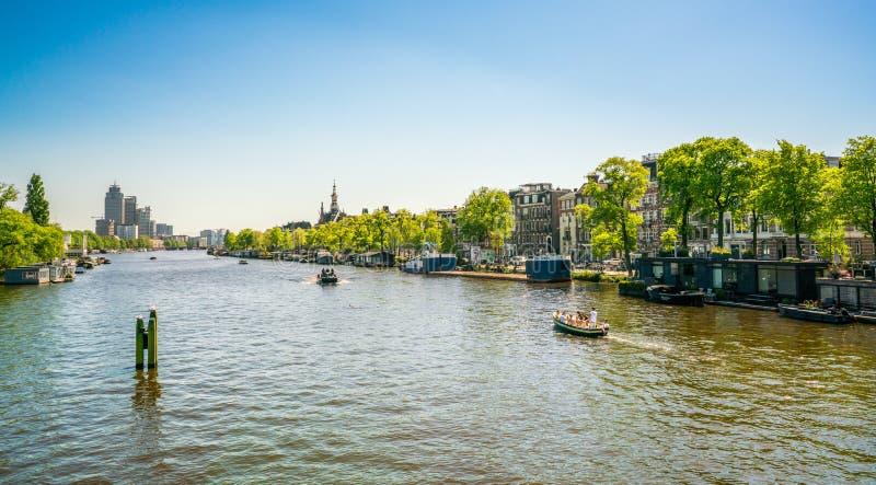 Амстердам, 7-ое мая 2018 - взгляд от нового Amstelbrug на rive стоковое изображение rf