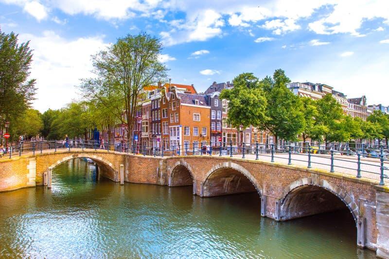 Амстердам, с цветками и велосипедами на мостах над каналами, Голландия, Нидерланды стоковые изображения rf
