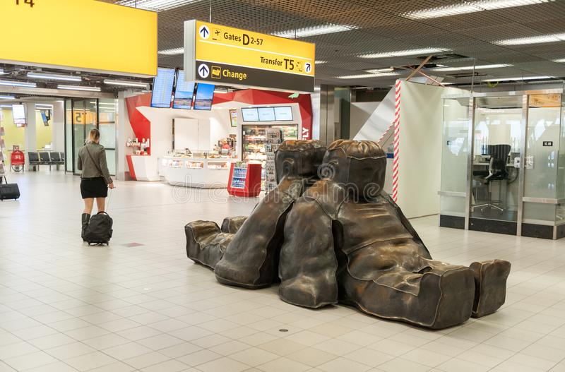 АМСТЕРДАМ, NETHERLAND - 18-ОЕ ОКТЯБРЯ 2017: Международный интерьер Schiphol авиапорта Амстердама с пассажирами Исходный район с c стоковое фото