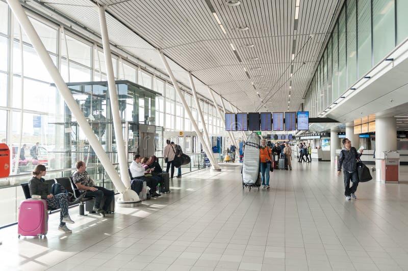 АМСТЕРДАМ, NETHERLAND - 18-ОЕ ОКТЯБРЯ 2017: Международный интерьер Schiphol авиапорта Амстердама Netherland стоковые изображения