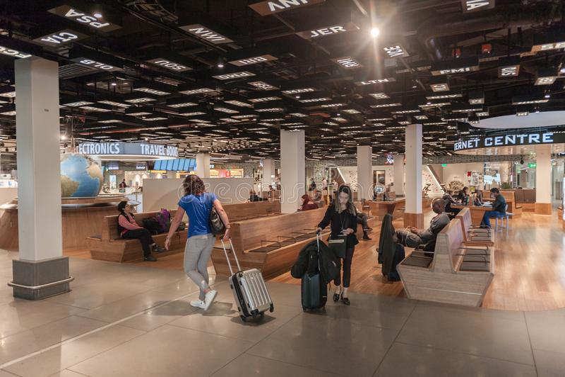 АМСТЕРДАМ, NETHERLAND - 18-ОЕ ОКТЯБРЯ 2017: Международный интерьер Schiphol авиапорта Амстердама с пассажирами Исходный район с r стоковые изображения