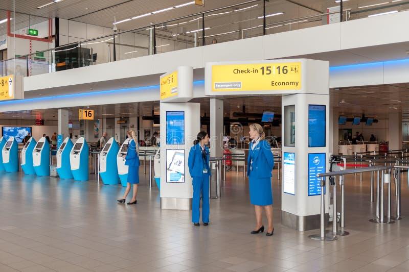 АМСТЕРДАМ, NETHERLAND - 18-ОЕ ОКТЯБРЯ 2017: Международный интерьер Schiphol авиапорта Амстердама с пассажирами Острословие зоны р стоковые изображения rf