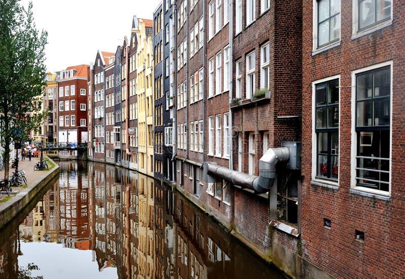 Амстердам, Голландия, Европа - отражение зданий в канале стоковая фотография