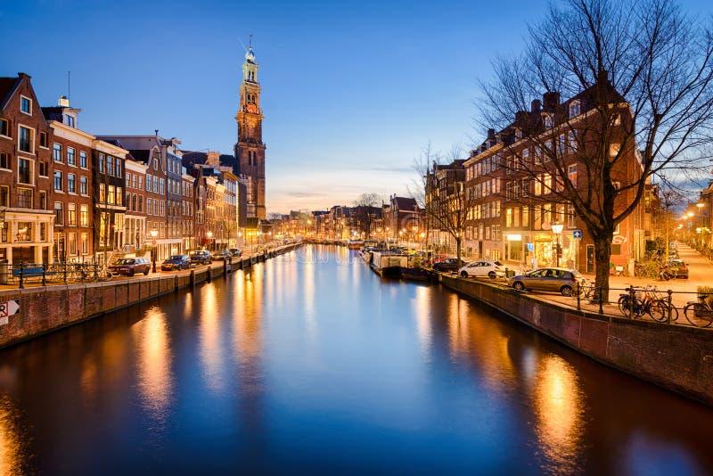 Амстердам на ноче, Нидерландах стоковые изображения