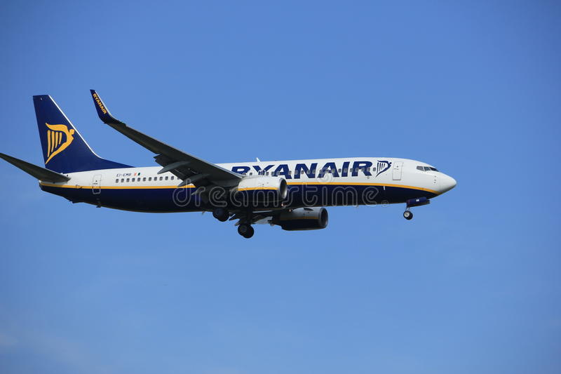 Амстердам, Нидерланды, 21-ое июля 2016: EI-EMB Ryanair Боинг 737 стоковые изображения rf