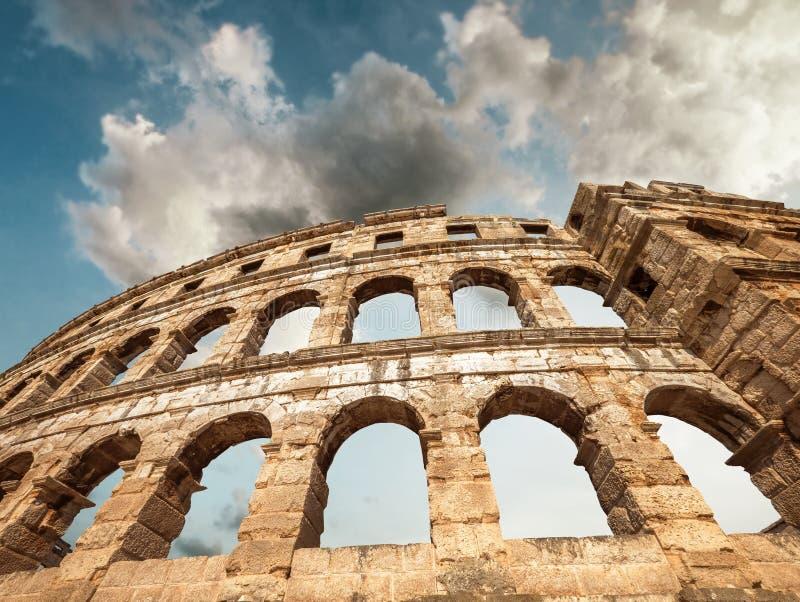 Амфитеатр пул с белизной заволакивает небо, Istria, Хорватия стоковые изображения rf
