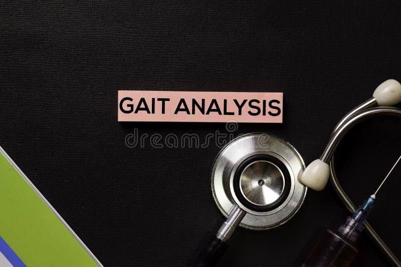 Анализ походки на таблице черноты взгляда сверху с пробой крови и здравоохранением/медицинской концепцией стоковое изображение