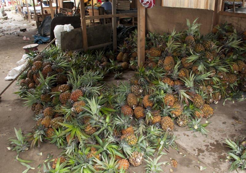 АНАНАСЫ: В уличном рынке в Перу стоковая фотография rf