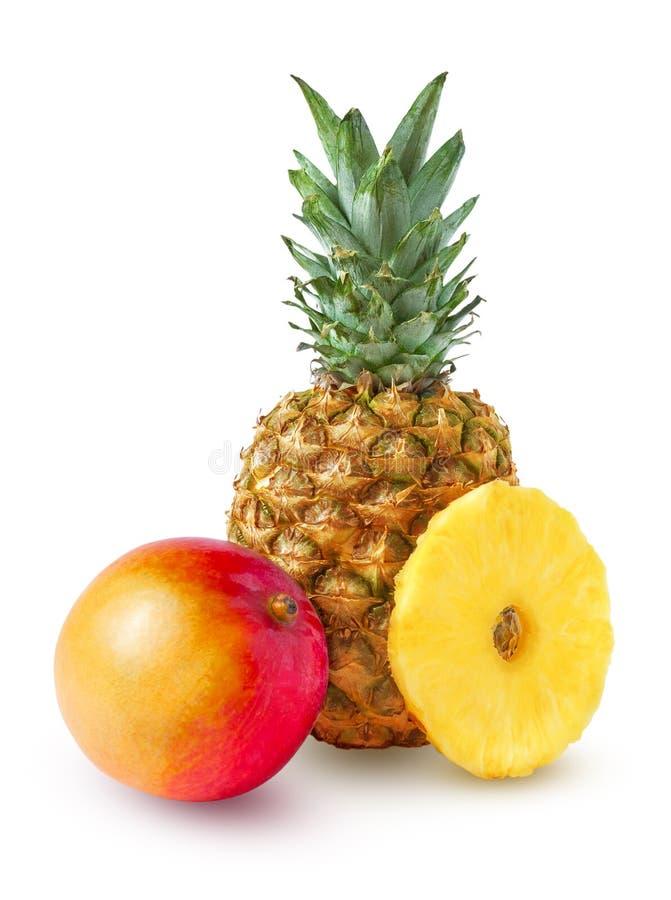 Ананас, весь и круглый, который слезли кусок и манго стоковые изображения rf