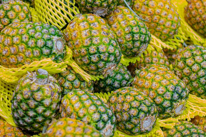 Ананас в рынке для продажи к клиентам , Предпосылка ананаса стоковое изображение