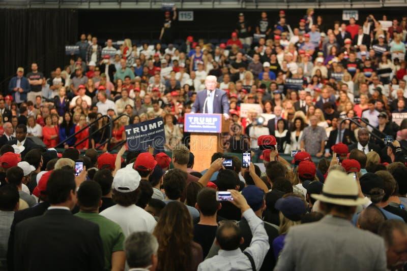 АНАХАЙМ КАЛИФОРНИЯ, 25-ое мая 2016: Тысячи сторонников, знаков волны и показывают их поддержку для кандидата в президенты Дональд стоковая фотография rf